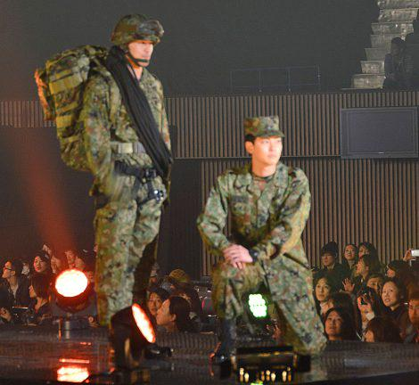 12日に開催された「第6回 東京ボーイズコレクション」 盛り上がりを見せる会場で、なんと陸・海・航空自衛官が史上初ランウェイに登場!! 同イベントが東日本大震災復興支援を掲げていることから自衛官によるステージが実現。 ⇒知らなかった http://t.co/clYQGeuKya