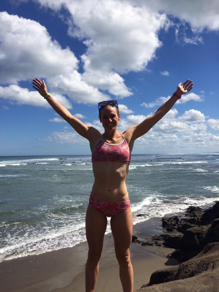 Z jej ciałem które jest atletyczna i włosami, które są Ciemnobrązowe bez stanika (rozmiar piersi ) na plaży w bikini