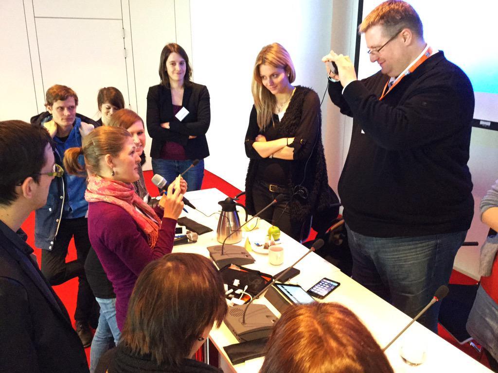 Läuft: @ifpmuenchen-Volontärin Lisa Schulte und @mainzel beim iRig-Mikro-Test. Mobile Reporting bei #24hZukunft. http://t.co/VpAMcTbqFR
