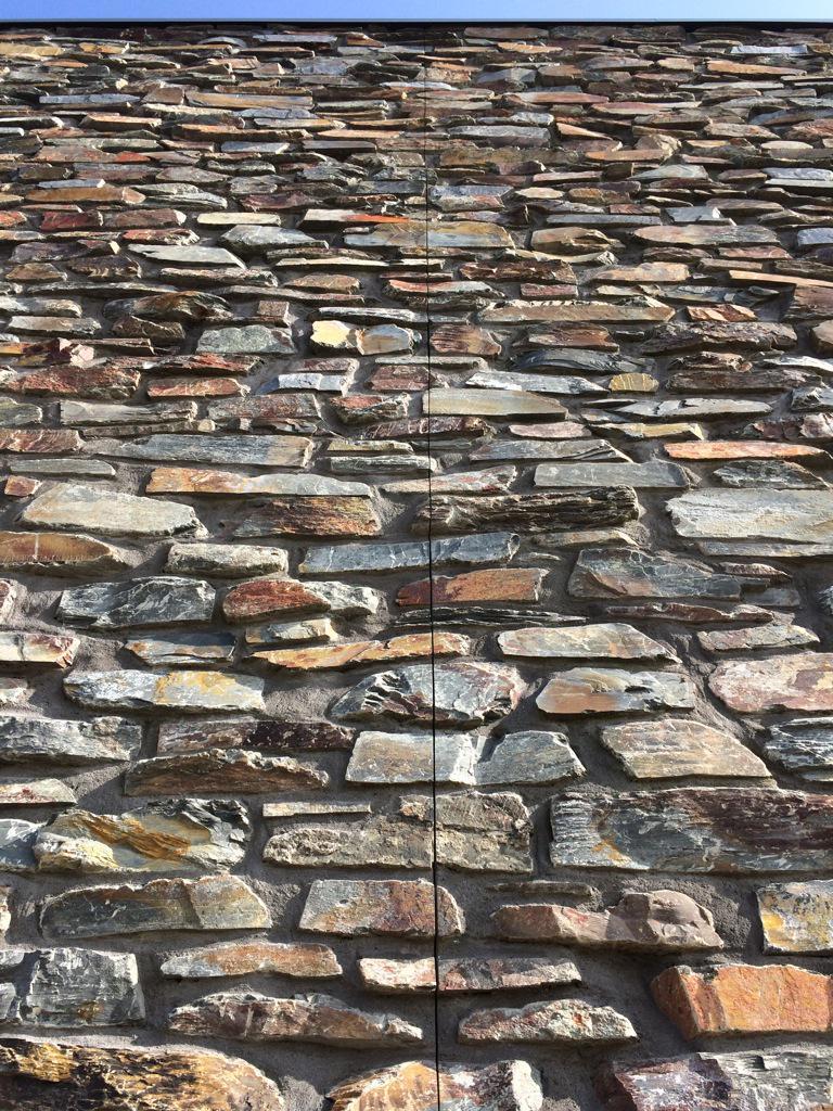 Rob canton on twitter mooie oplossing voor dilatatievoeg in breuksteen muur leisteen indian - Leisteen muur ...