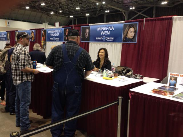 A seemingly never ending line of fans to meet @mingna. She will be signing or posing fo...  http://t.co/faBDxZqXXJ http://t.co/9iRbcb5QWS