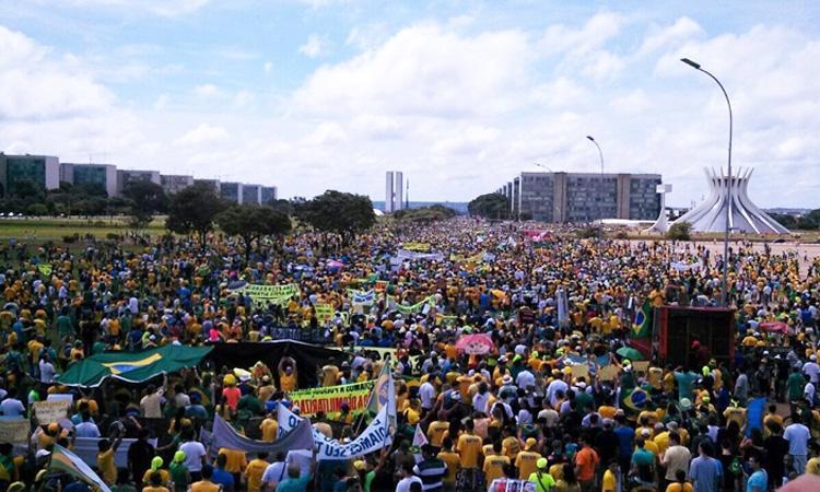 Tchau Dilma @UOL só em Brasilia tem 100 mil segundo PM tomem vergonha https://t.co/3bep4qBWNB