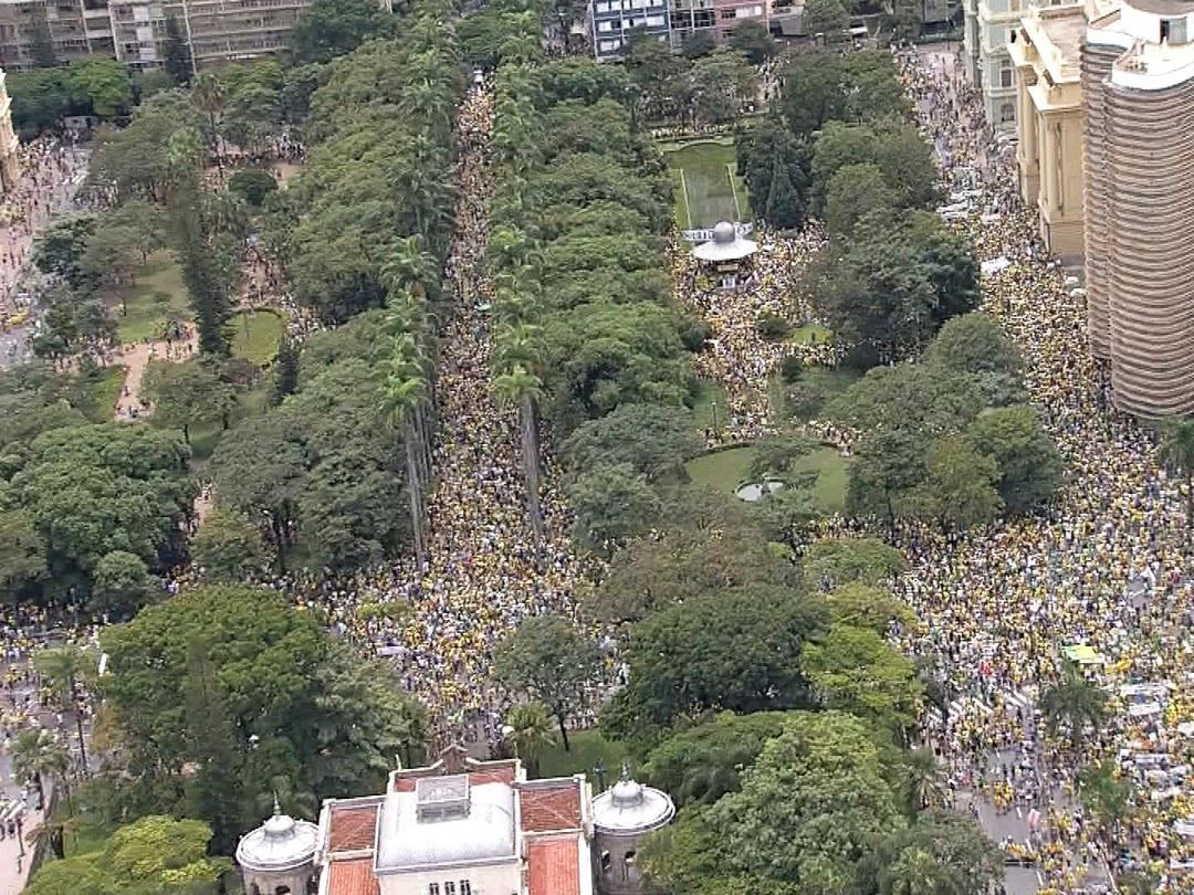 Anti-Dilma protesters in Belo Horizonte now. Photo: g1 http://t.co/NfBNnGqOnx