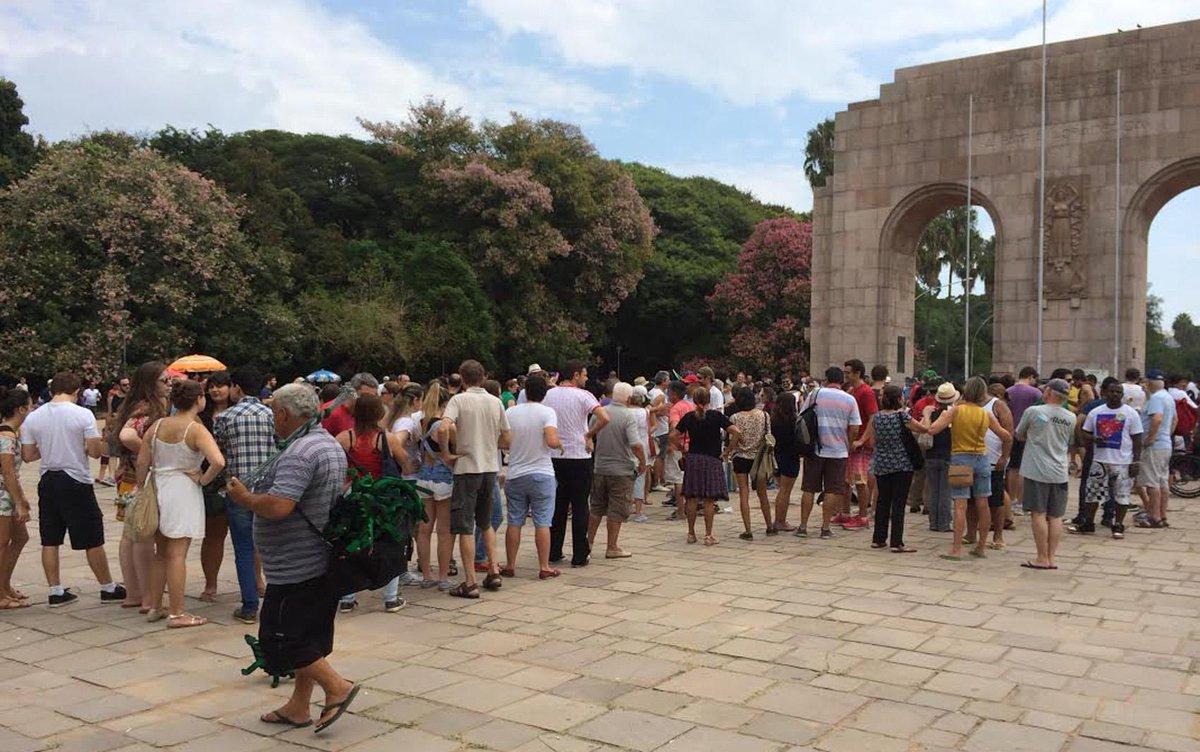 Na Redenção, tem fila para comprar as coxinhas assadas em ato contra o impeachment http://t.co/b7rC2riFLr http://t.co/Qlq0p3ehdH