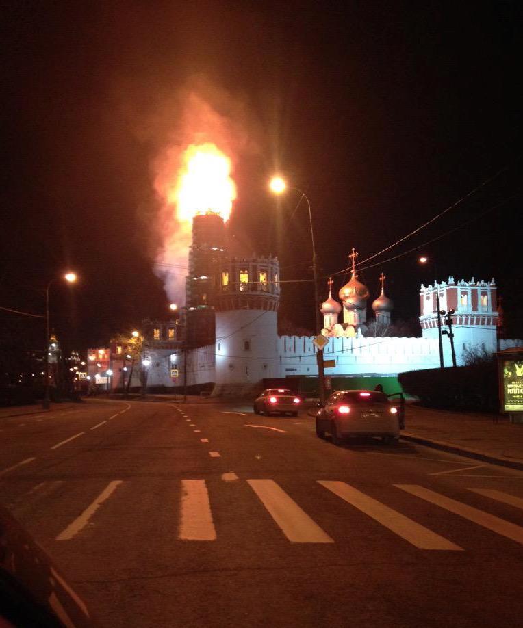 Incendio Russia: Brucia in diretta il campanile del Convento di Novodevičij a Mosca