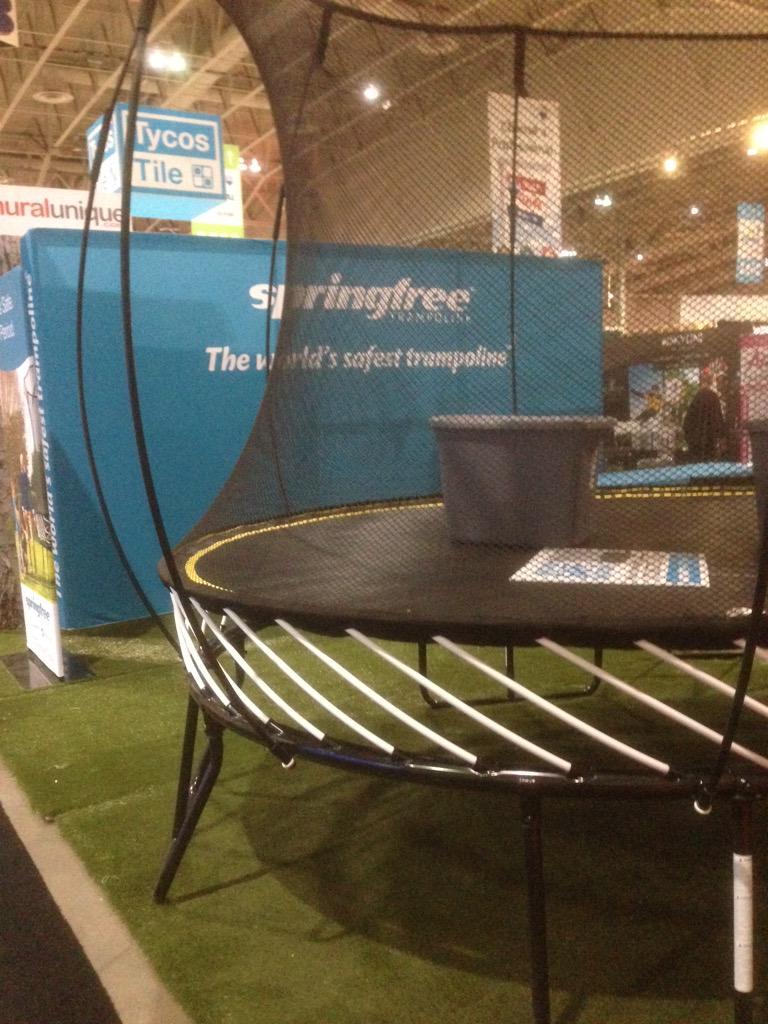 Un trampoline sans ressort... Son fabricant le décrit comme le plus sécuritaire au monde @matintoronto @HomeShowsTO http://t.co/irIyDplWf4