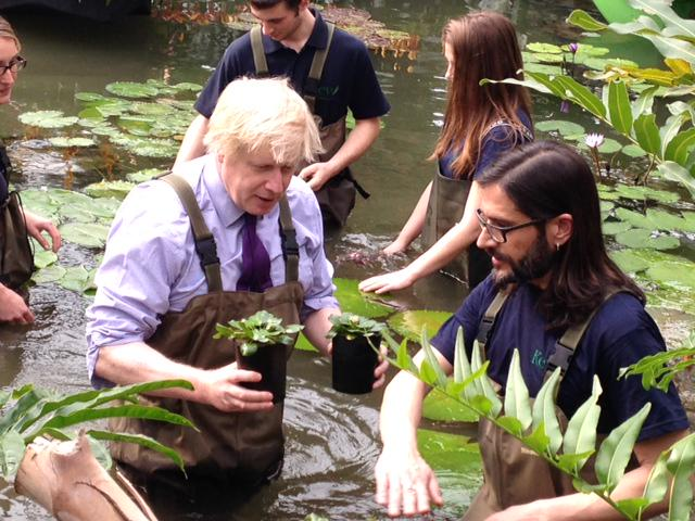 Great visit to Ldn institution @kewgardens earlier to meet horticulturalists of the future and plant water lilies http://t.co/ztrzsBZ9uU