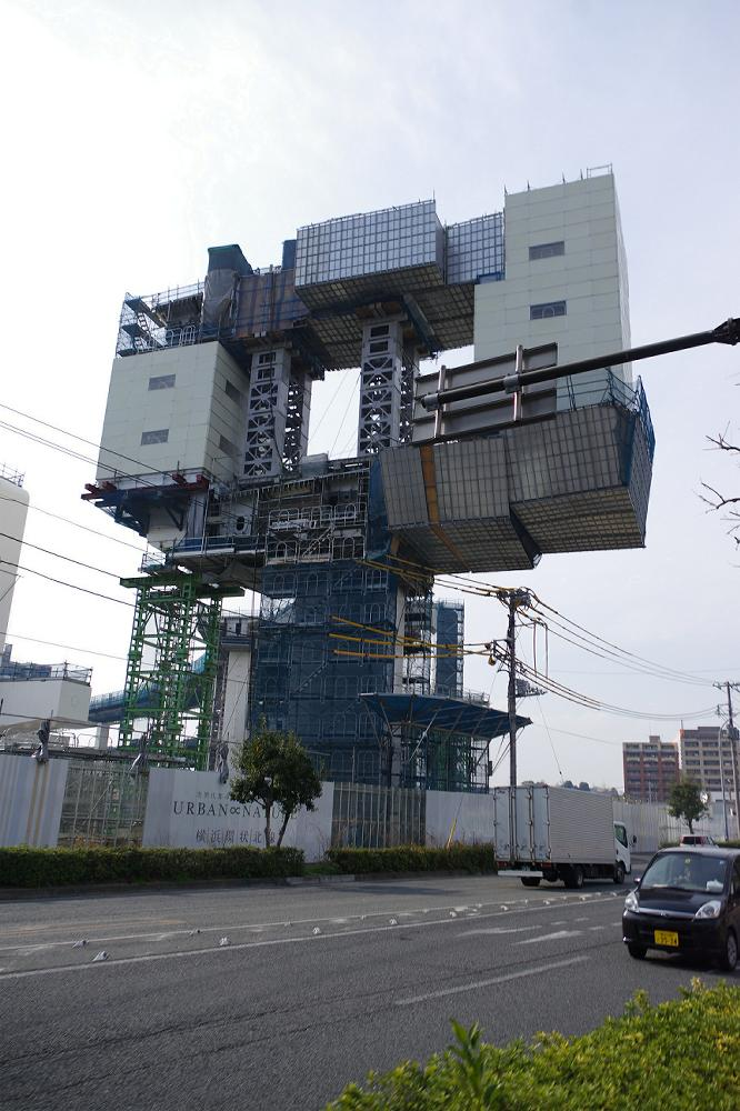 横浜の都市高速建設現場にそそり立つ、巨大ロボットのパーツのような未来の橋脚。現代の土木技術者は、重力さえ自在に操るというのか。 http://t.co/5Gt0Oy7NZE