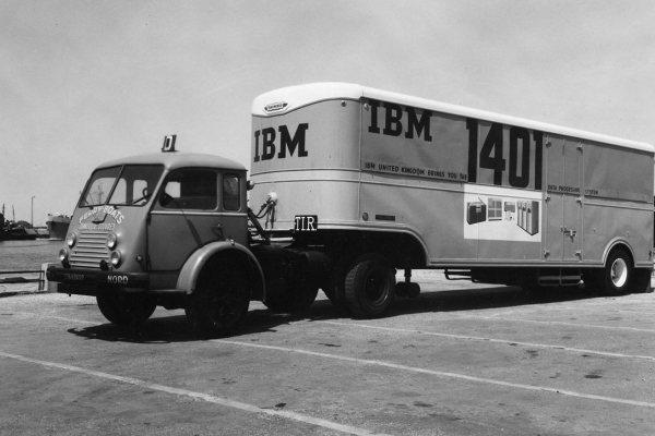 """Wow """"@Hipertextual: IBM 1401, así era un ordenador """"compacto"""" en 1959 http://t.co/o0JvUK0q2g http://t.co/O7A8TjgAEY"""""""