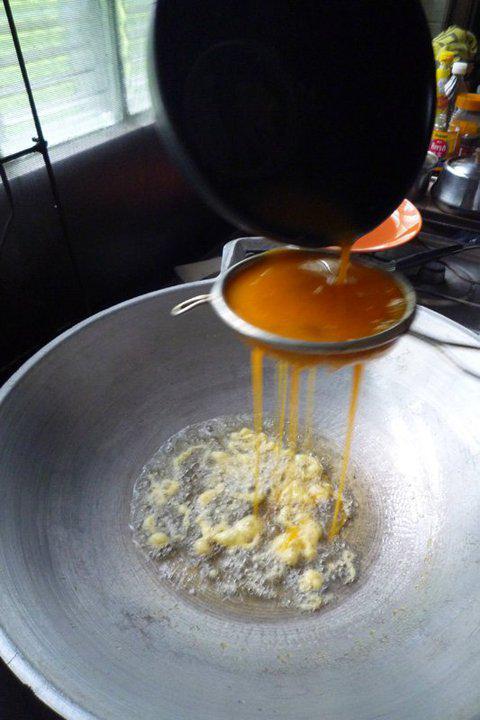 """เคล็ดลับไข่เจียวฟูฟ่อง กรอบนาน ในร้านอาหารนี่คือ """"กระชอนนี่เอง"""" cr.เชฟจ๋า http://t.co/gWbmNu9DeE"""