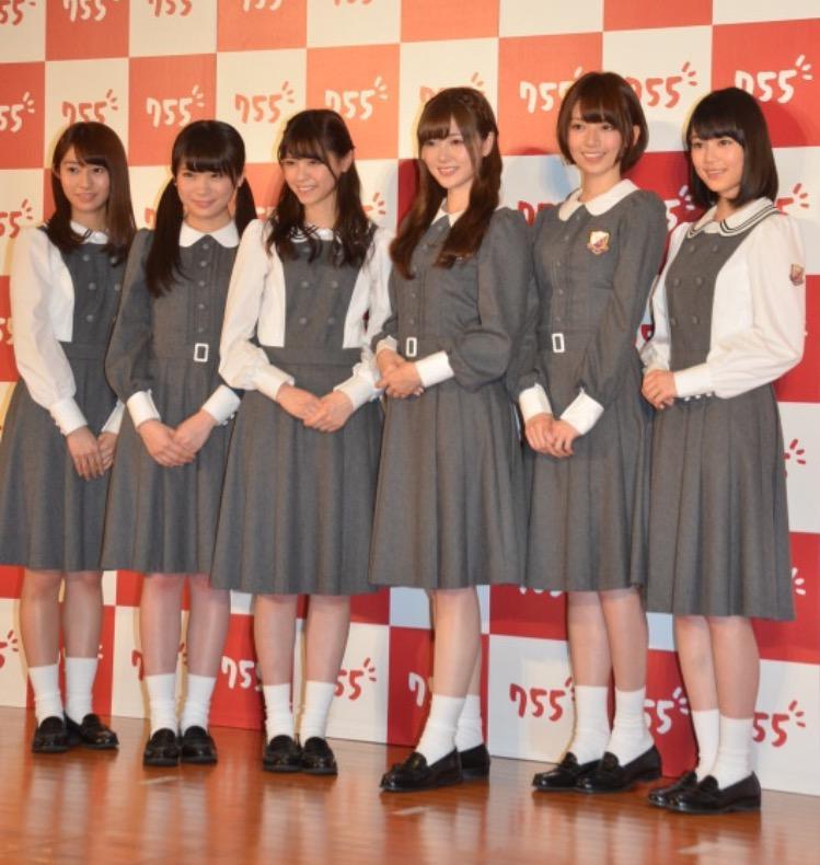 乃木坂46的成员们站在一起时,最显眼的就是秋元真夏的大头。