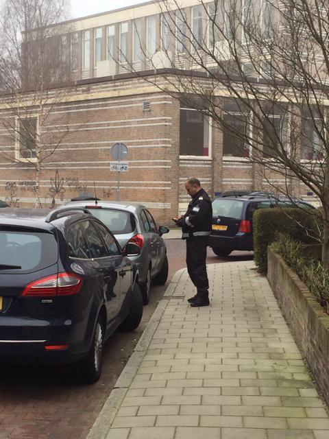 In sommige landen staat politie of het leger bij stembureau's. In Nederland de parkeerwacht: https://t.co/hLVN5GQKnc http://t.co/I12zHTIzGk