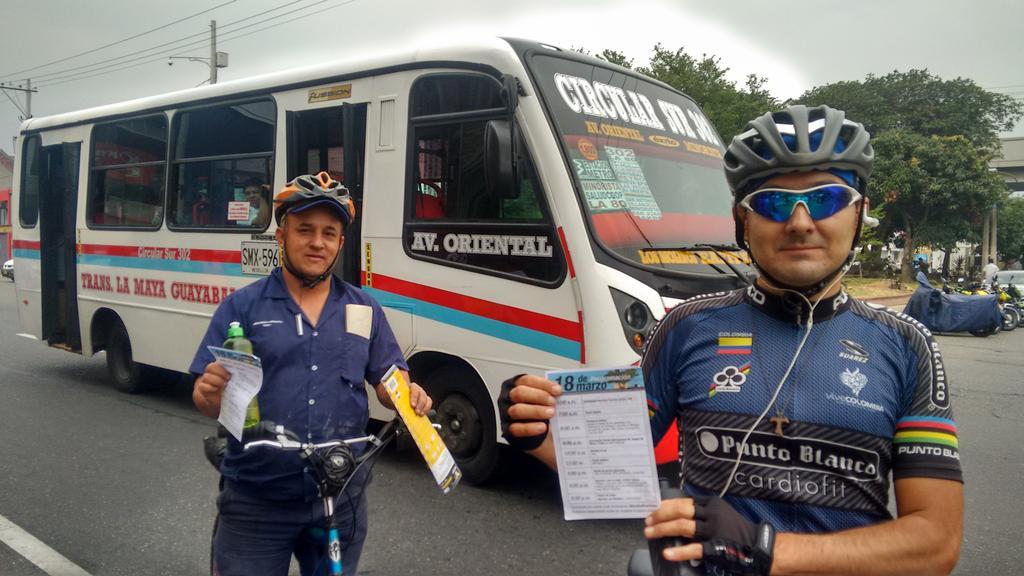 Pasan muchos ciclistas por Palacé. Todos felices con #PalaceParaTodos http://t.co/98a7QxMloe