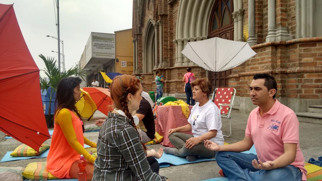Empieza la clase de yoga en #PalaceParaTodos. Enseña @TheGlobalYogini con @HumaneseCO http://t.co/A8CG15aGoM