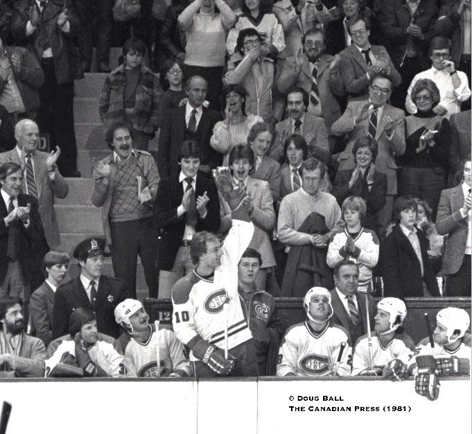 Rediscovered: 1981 photo of Guy Lafleur hits 1,000 points, cheered by 15 y/o fan Mario Lemieux. Feature coming today http://t.co/Bbr4DoQVz1