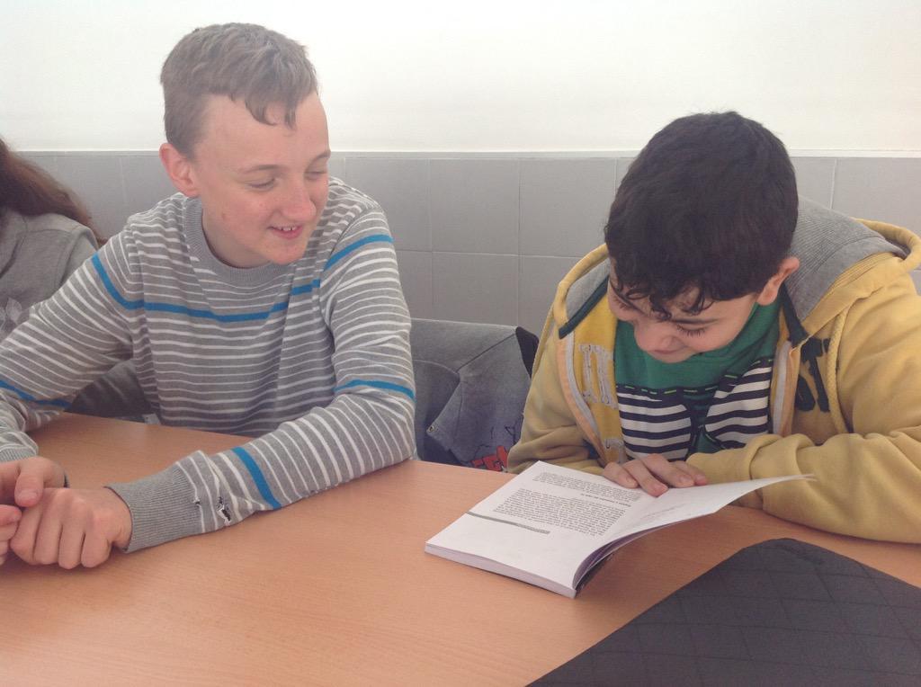 """""""¿Quién es el autor de este libro anónimo?"""" :-D Ahora lee Juan #bibliotecaiescartima @proyectocartama http://t.co/89fO5fAD1r"""