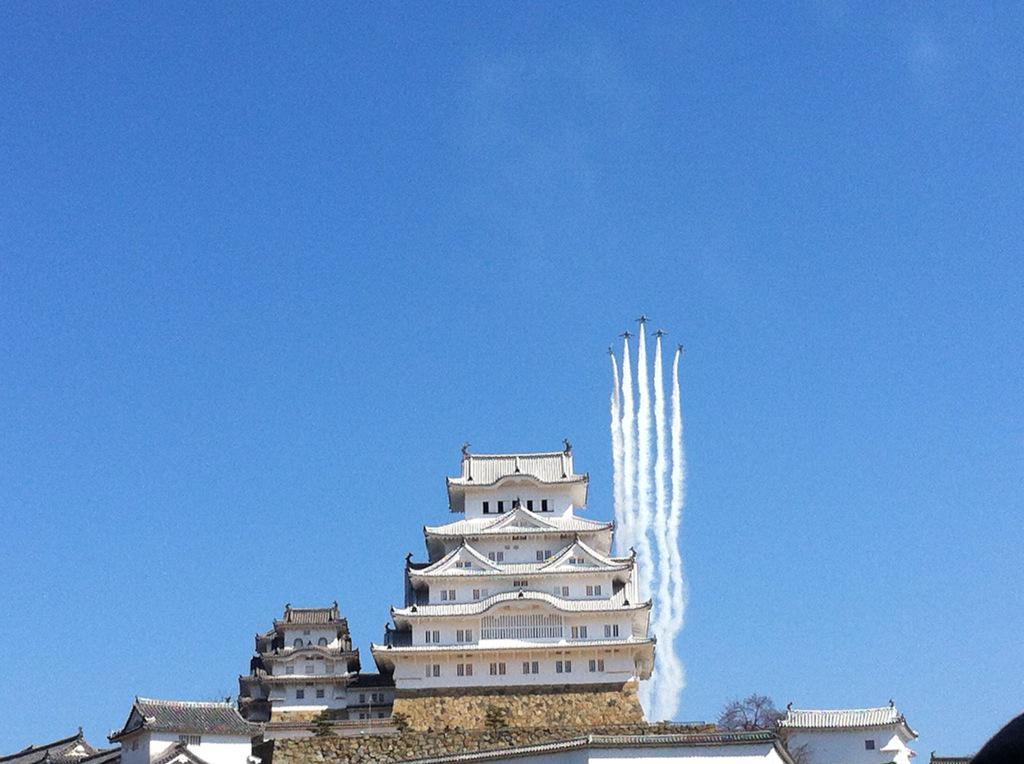 姫路城とブルーインパルス。今まで見てきた中で一番の晴天です〜♡来て良かった(*^_^*) pic.twitter.com/0hpZPDTFfY