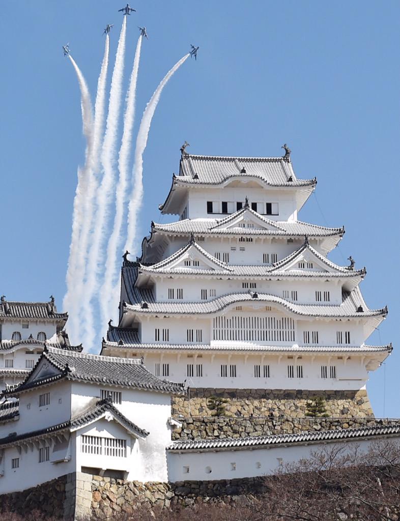 「平成の大修理」を終え、あす27日に一般公開が始まる世界遺産・国宝の姫路城大天守(兵庫県姫路市)の上空で航空自衛隊「ブルーインパルス」が祝賀飛行を披露しました。真っ青な大空に、白鷺城と称される大天守と白い航跡が競演して輝きました(玉) pic.twitter.com/h0ocUvfuFZ