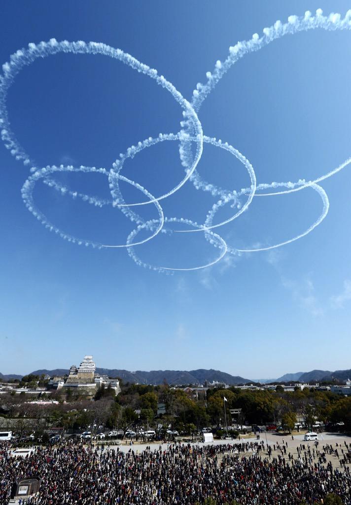 ブルーインパルスは、サクラやハートなどを雲ひとつない青空に描きました。城内のサクラはまだほとんどがつぼみですが、何輪か開いたものも。これからのうららかな季節、お城と桜を楽しみに、ぜひ姫路へどうぞ(浦) pic.twitter.com/QK58kpWu3c