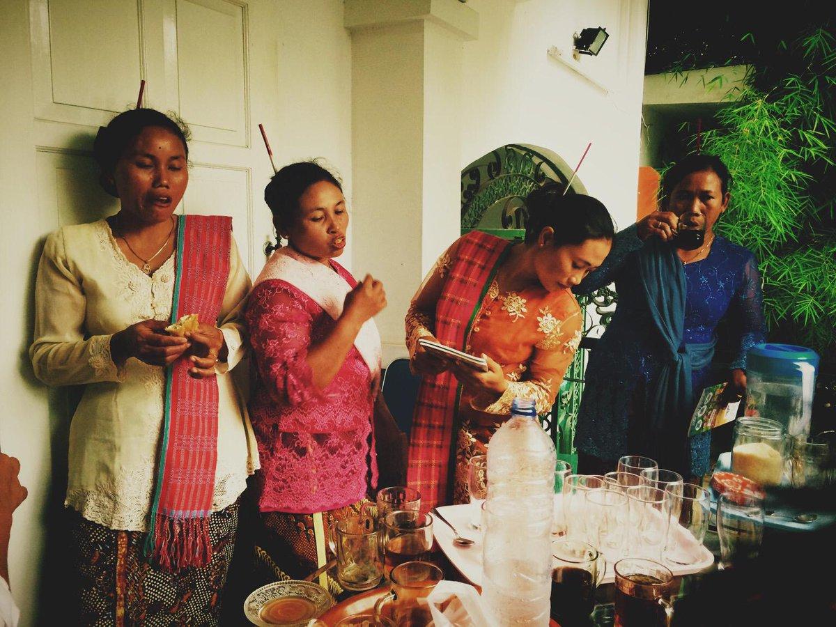 saya bersama ibu-ibu Rembang yang melawan. karena saya masih makan nasi dan sayur, bukan semen atau beton. http://t.co/aWGRqD8qjr