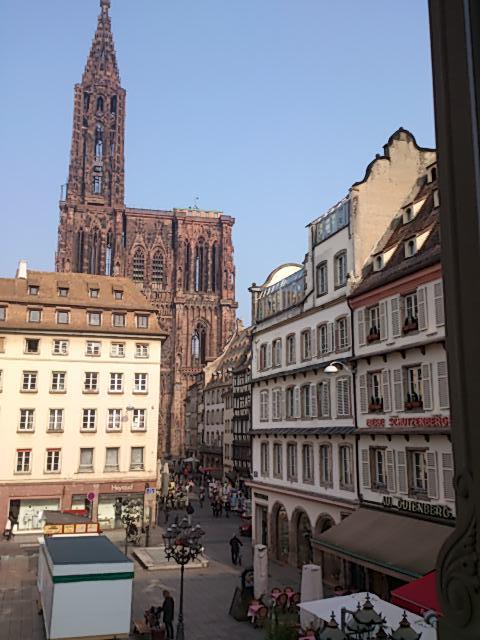 Un cadre magnifique pour le @BzBAlsace au pied de la cathédrale #bzbalsace #Strasbourg http://t.co/ozAlWtzG13