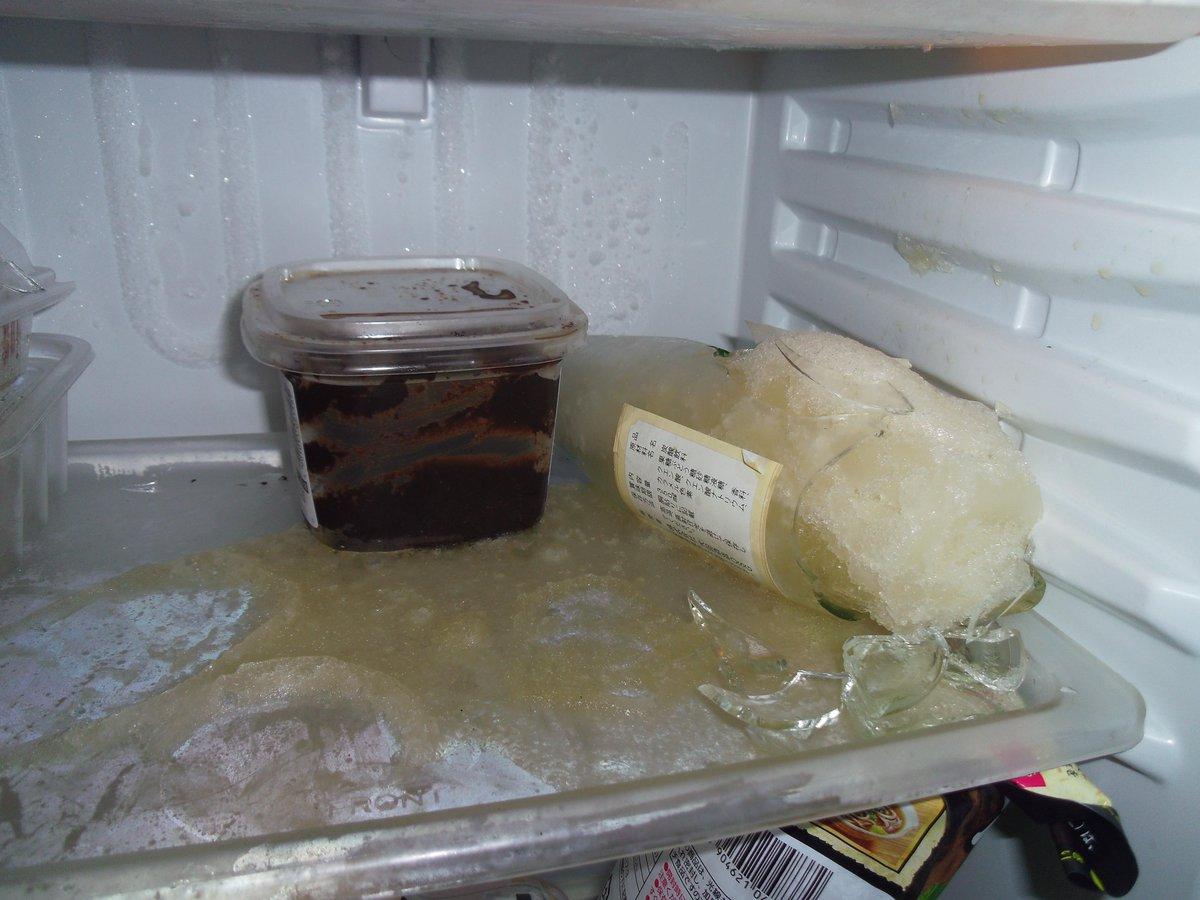 """あああっっはああああ???????ちょっと待って!!?!?""""""""""""""""冷蔵庫""""""""""""""""でジンジャーエールの瓶が凍って破裂してたんだけど!?!?!?!アイエエエエエ!??!?!忍ジャーエール破裂ナンデ!??!?!? http://t.co/VuMtdScekh"""