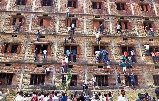 Pais escalam prédio de escola na Índia para passar cola para os filhos http://t.co/oDreqiZ0mo #G1