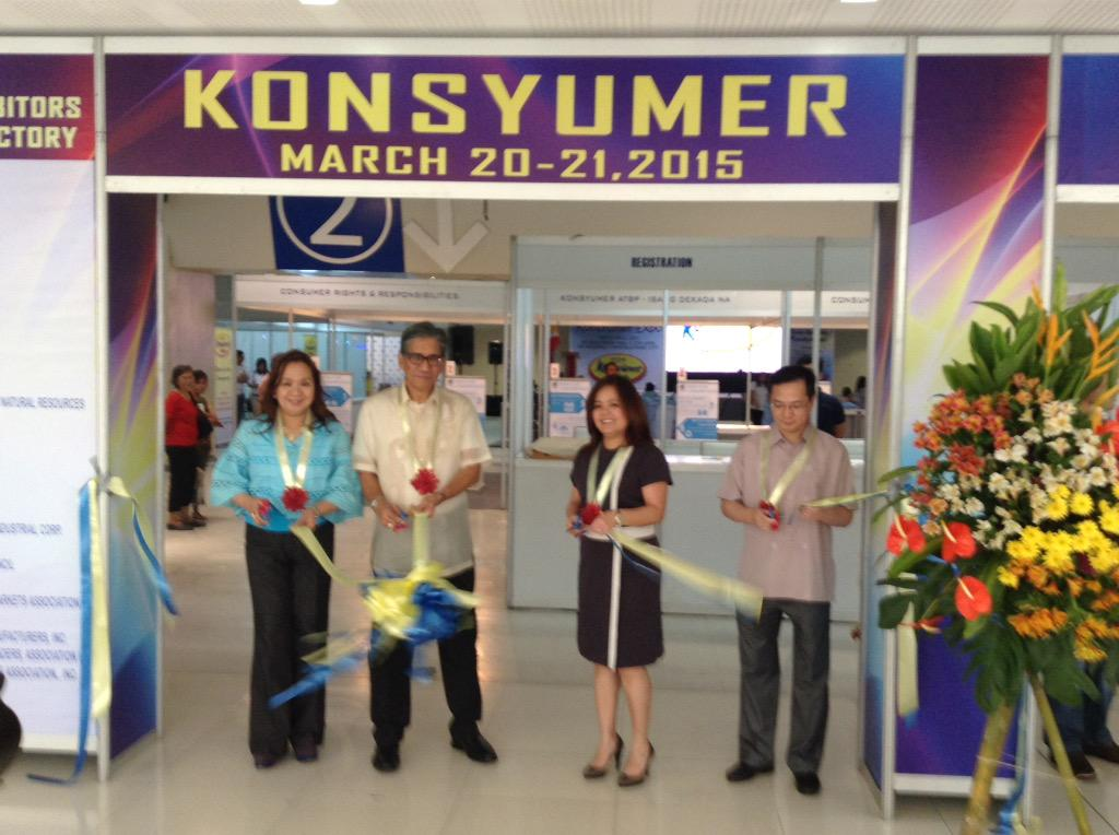 Opening of the exhibits w/ DTI Usec. Dimagiba. The DOE is one of the exhibitors here @DZMMTeleRadyo's Konsyumer atbp. http://t.co/Qiz2E6hk0l