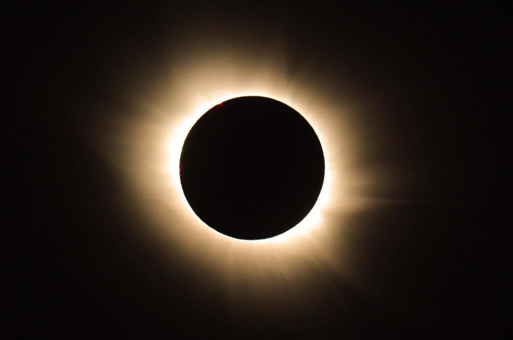 スバールバル、黄金色に輝く皆既日食は筆舌に尽くしがたい素晴らしさでした. http://t.co/Shb7khJSAU