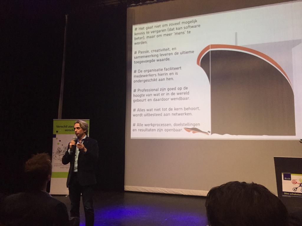 Het doel van organisaties wordt om de professional op de beste manier te faciliteren vertelt @mlanting #slimschakelen http://t.co/OQXiKhaTVm