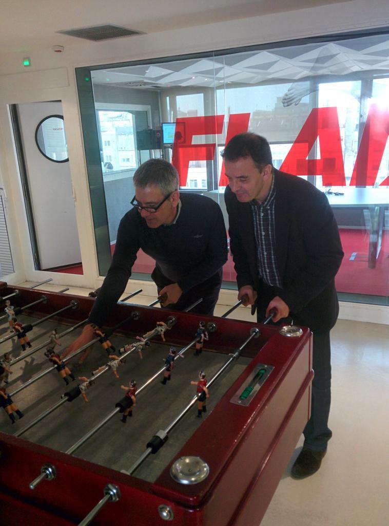 Un crac @AlfredBosch avui al @vaparir de @radioflaixbac ! Ens ha guanyat al futbolín!...ja no em cau tan bé...XD http://t.co/c43HbcRdoq