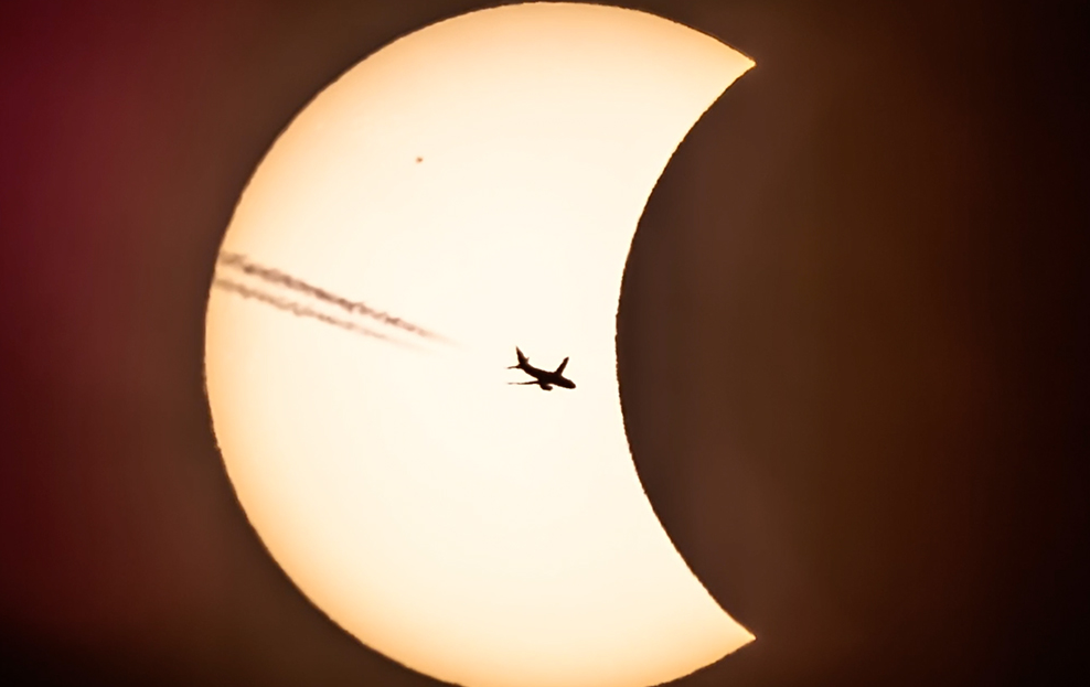 Swedish photographer caught the  #eclipse2015 in a magical way – see the stunning videoclip: http://t.co/i9JlwJ5nhD http://t.co/rTekOFJBJi