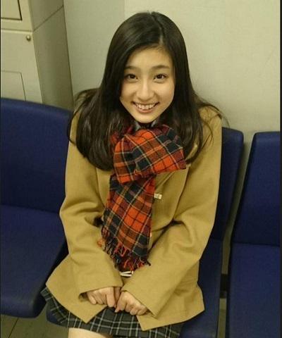 肩をすくめ笑顔の吉川愛