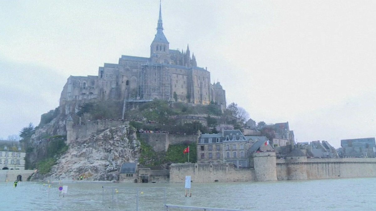 Moon's alignment with the sun creates #tide of the century at Mont Saint-Michel, France http://t.co/R3po1obzBi Alina http://t.co/jITlAC1Mhy