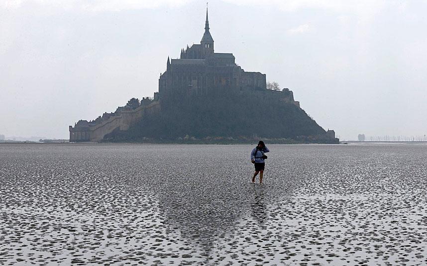 Tide of the Century recedes at Mont Saint-Michel, until tonight.... #supertide http://t.co/80RjjNBIl6 http://t.co/i03TJvBRJj