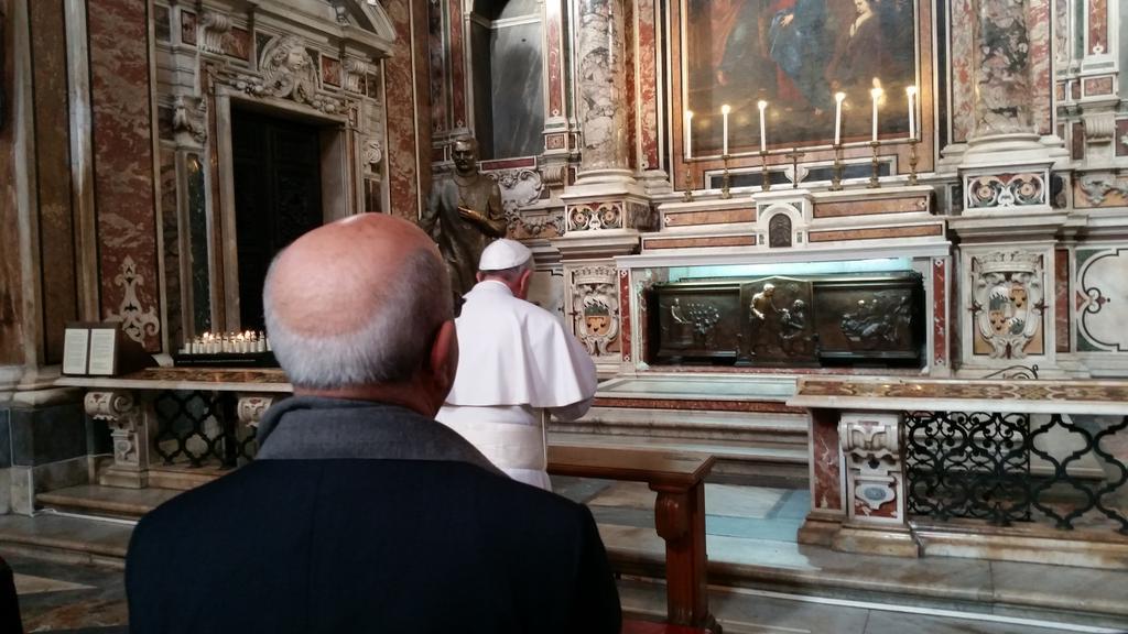 Papa Francesco in preghiera alla Tomba del Medico Santo