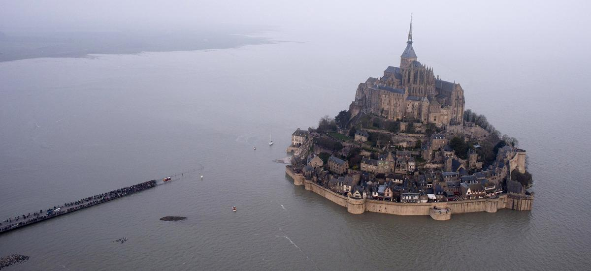 Stunning scenes as 'tide of the century' engulfs France's Mont Saint-Michel: http://t.co/3aR78AHoj6 http://t.co/oQmhJqVgG2