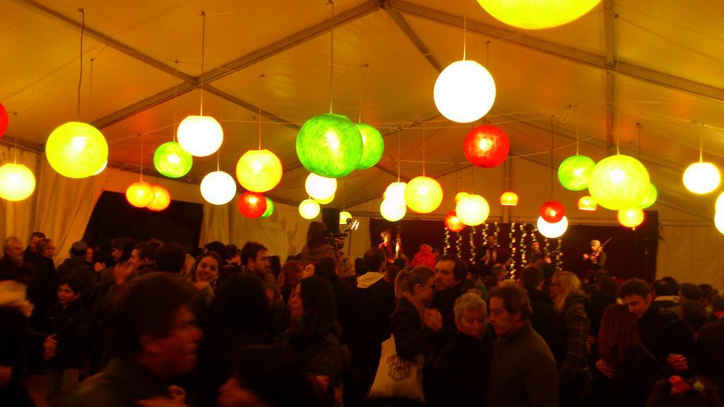 Et on danse place du Tertre ! #Mairie18Paris pic.twitter.com/fzu97FDTET