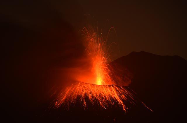 こちらの非常に活発な火山(桜島)から遠くない場所で原発再稼働しようとしてるのが九州電力になります。→ http://t.co/kJQlzGoCOv
