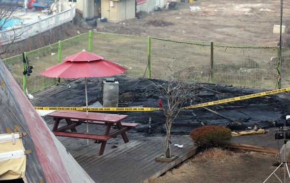 인천 강화도 동막해수욕장 인근의 한 글램핑장 내 텐트 시설에서 불이 나 어린이 3명을 포함해 5명이 숨지고 2명이 부상했습니다.http://www.hani.co.kr/arti/society/society_general/683341.html…