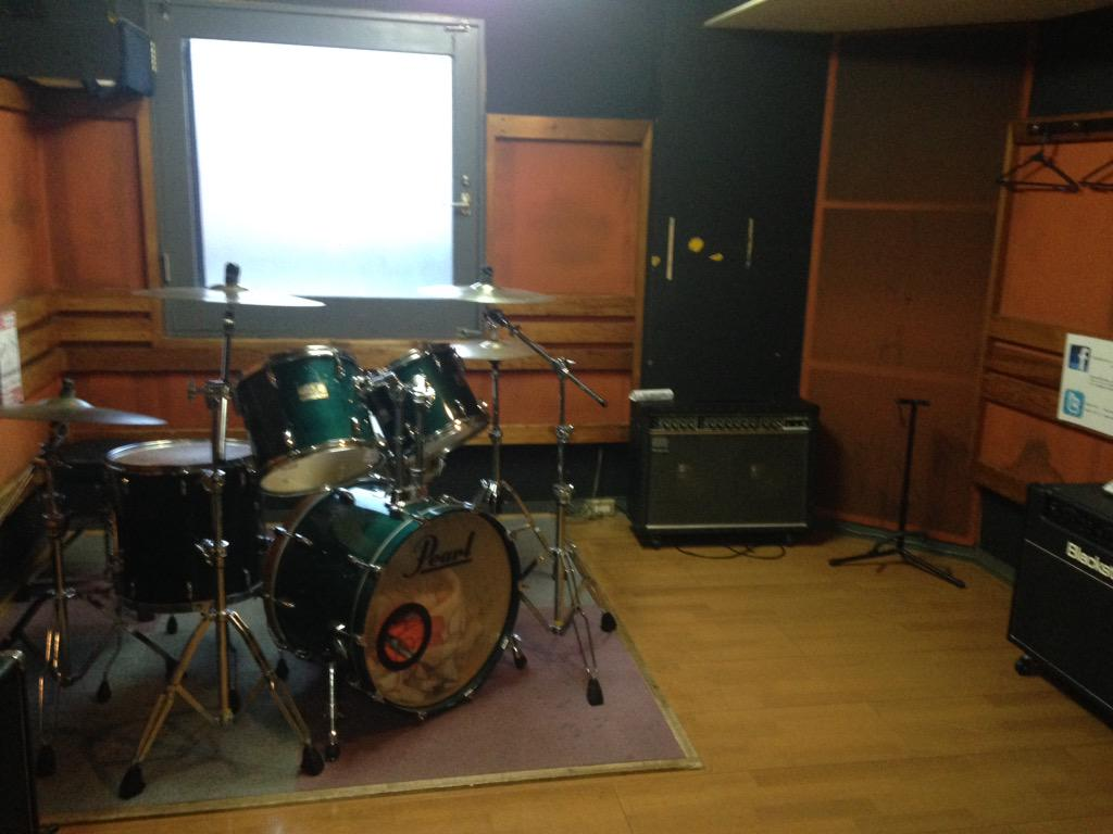dustboxでの最後のスタジオ練習が終了しました。最後に入った部屋はオーディションで初めて入った越谷MACSのFスタジオでした。ありがとう。 http://t.co/m8Z6OteEQg