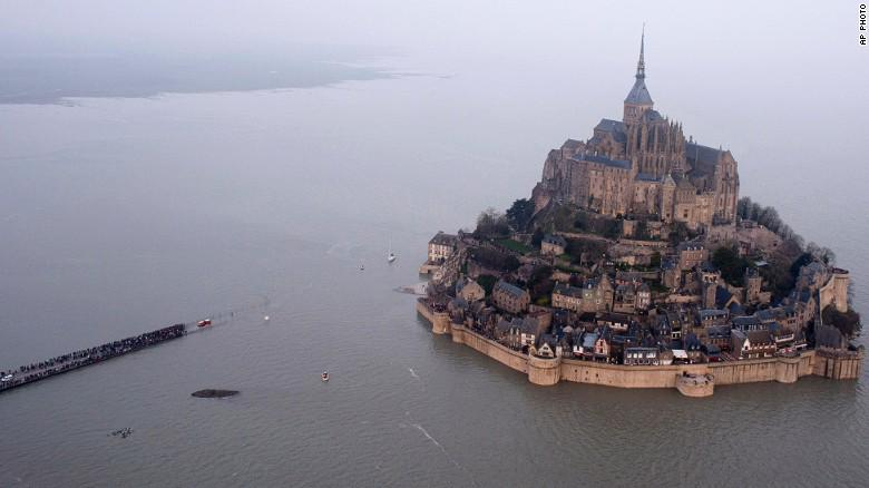 FOTO VIDEO Marea da 14 metri a Monte Saint-Michel in Francia