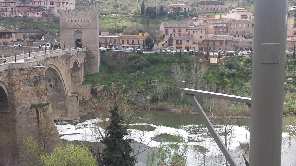 Detalle de la contaminación del Tajo a su paso por Toledo en el mismo lugar donde se está instalando una tirolina