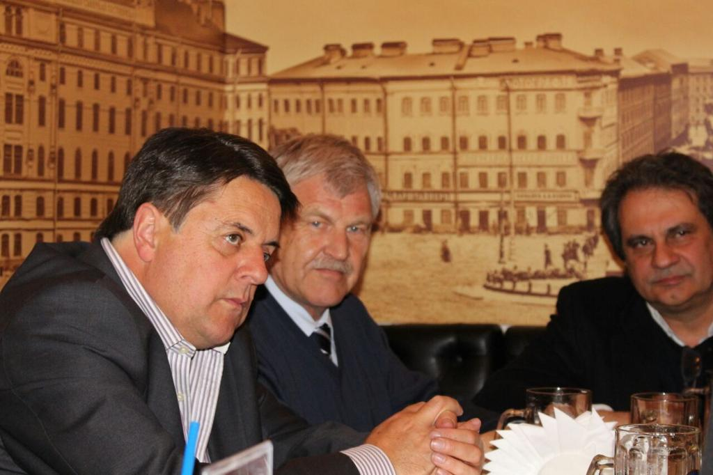 """Nick Griffin en Twitter: """"With Udo Voigt (NPD MEP) and Roberto Fiore.  http://t.co/3Po4uuHGpM"""""""