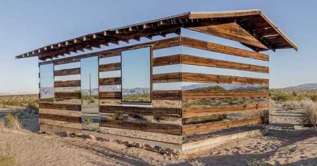 Alucinante el efecto de los espejos en la decoración de esta cabaña en el desierto de Joshua Tree en California