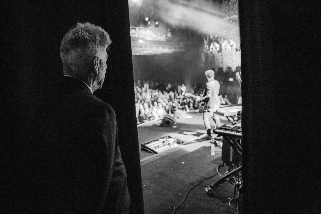 Love this pic of @DAVID_LYNCH taken by   @marcushaney watching @duranduran from side of the stage at the Ace Theatre http://t.co/KEciP5ZLfr