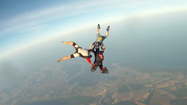 Watch a @GoPro fall 10,000 feet without its owner: http://t.co/wn3q06ASf9 http://t.co/GEkUXMPLNX
