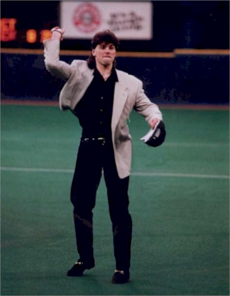 Jagr throwing a pitch at a Pirates game. http://t.co/BKVnOjmFCU