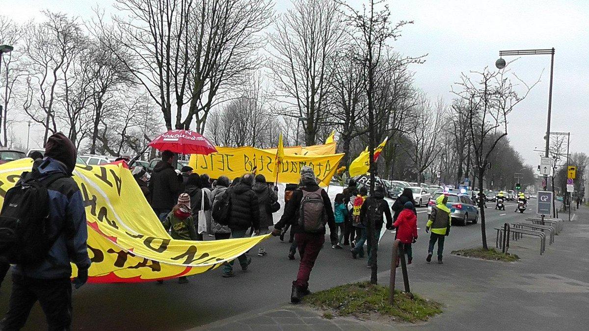 「フクシマは警告する!」、ドイツとベルギーで脱原発デモ相次ぐ http://t.co/JgX46LLC07 3月から4月、欧州各地で脱原発デモが行われている。ドイツ・デュッセルドルフ、ベルギー・ティアンジュ原発でのデモの模様を報告する http://t.co/prBOZlucSz