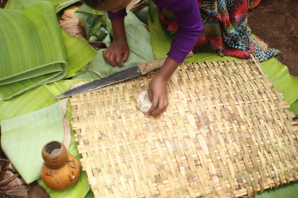 ...this is then wrapped in the leaves and buried to ferment for up to 3 months... #KewEthiopia http://t.co/Z3UDF7rv4H